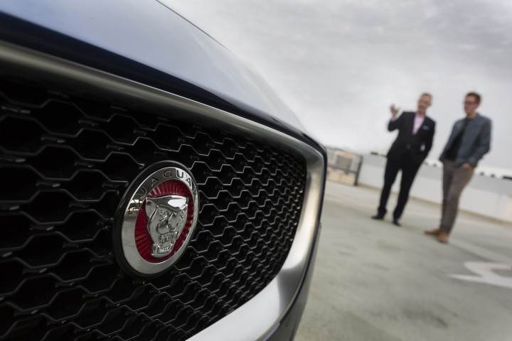 Adam Hatton erklärt mir ein paar Details des neuen Jaguar XE