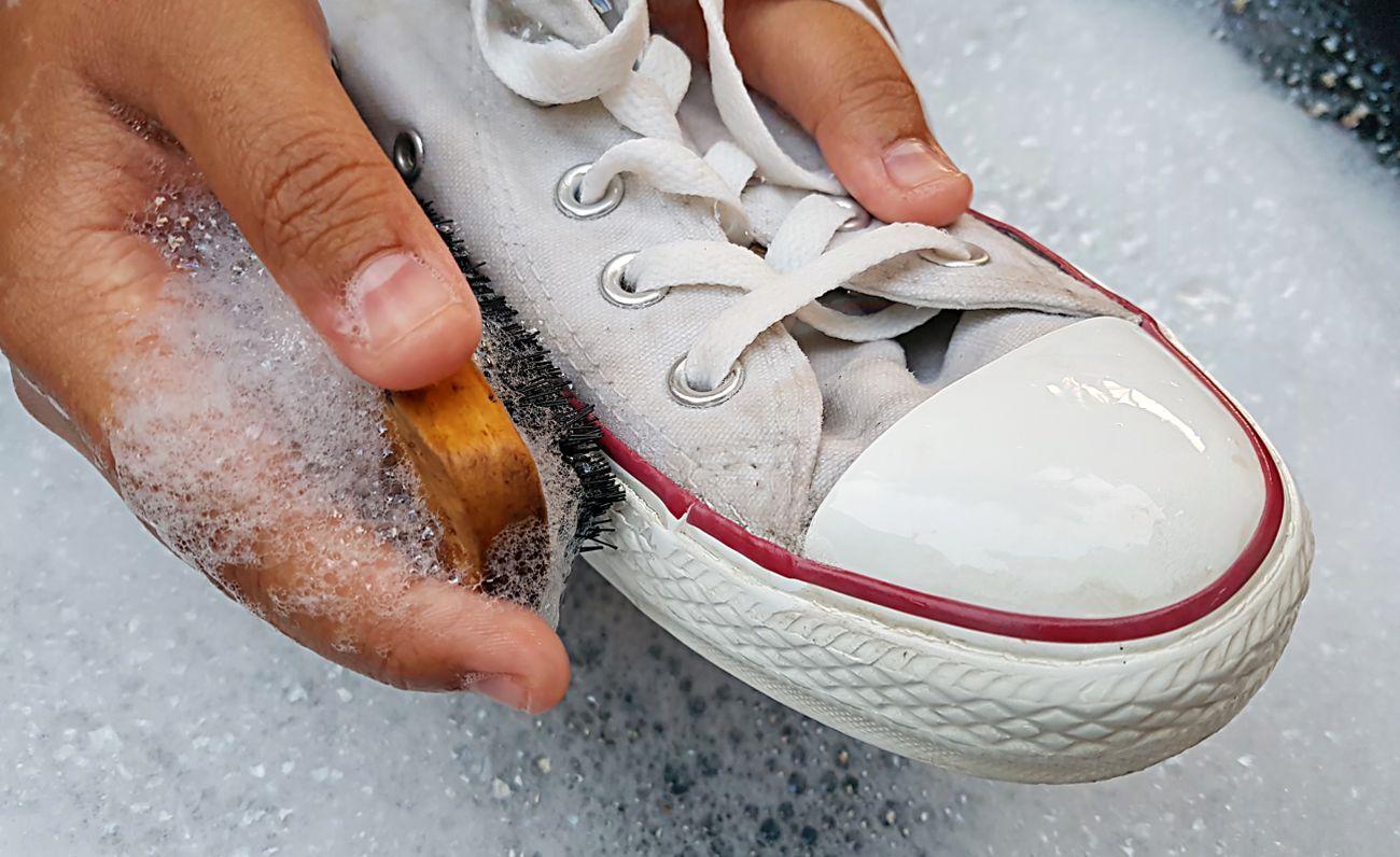 Sneaker richtig reinigen darauf kommt es im Detail an